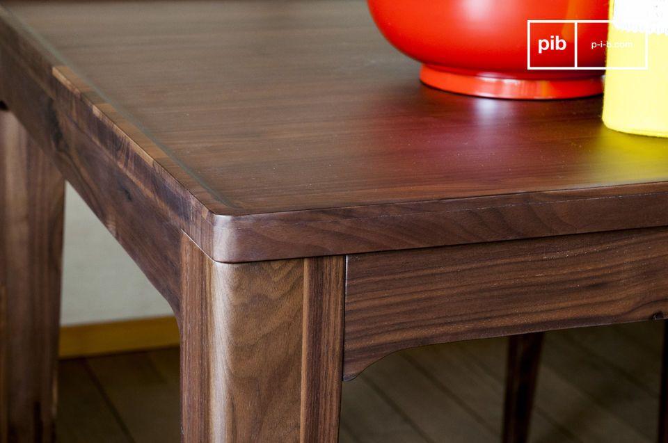 Il tavolo Hemët potrà essere circondato da sedie in legno scuro