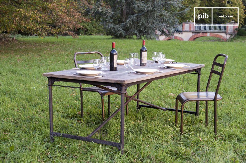 Questo tavolo shabby ha un semplice obiettivo: regalarti il piacere di stare a tavola ancora prima