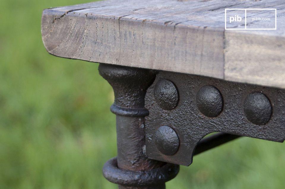 Il suo fascino unico deriva dal legno stagionato di recupero e dalla struttura di tubi metallici