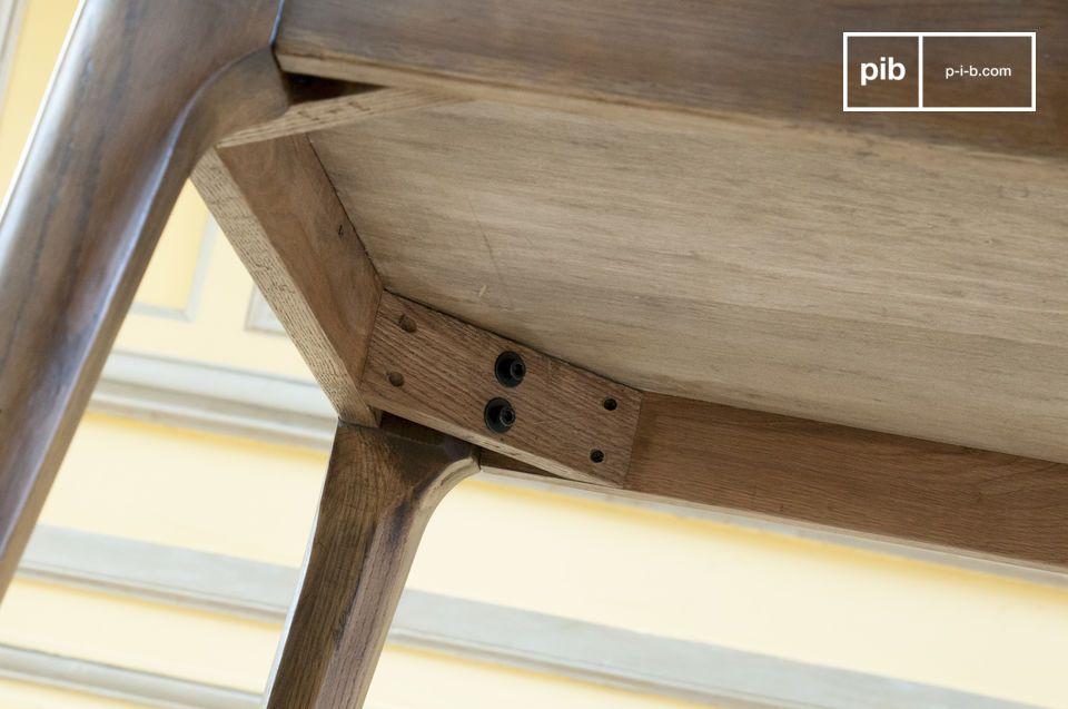 Le gambe leggermente inclinate ricordano i mobili della metà del XX secolo