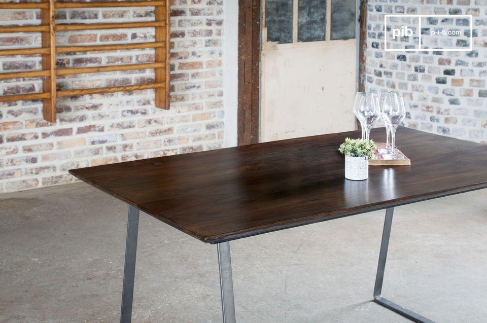 Una tavola con riferimenti stilistici tra vintage industriale e scandinavo