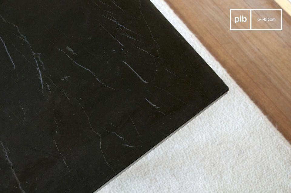 Il piano nero con elegante venatura bianca è realizzato in marmo di spessore su un pannello di