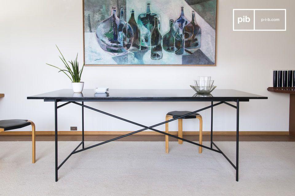 Una base minimalista in alluminio nero opaco sostiene il piano