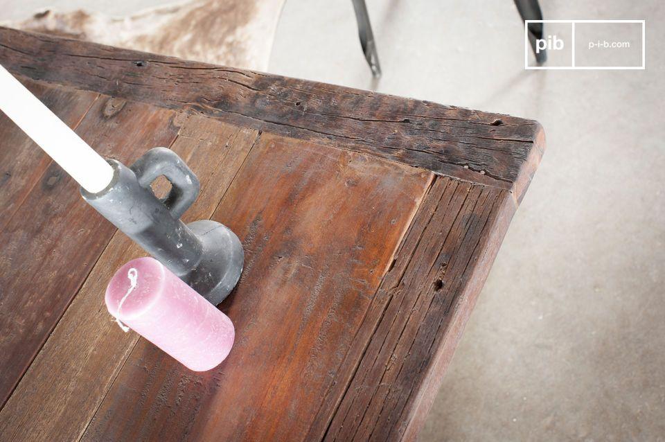 Con la sua struttura in ghisa grigia e il piano in denso legno di teak
