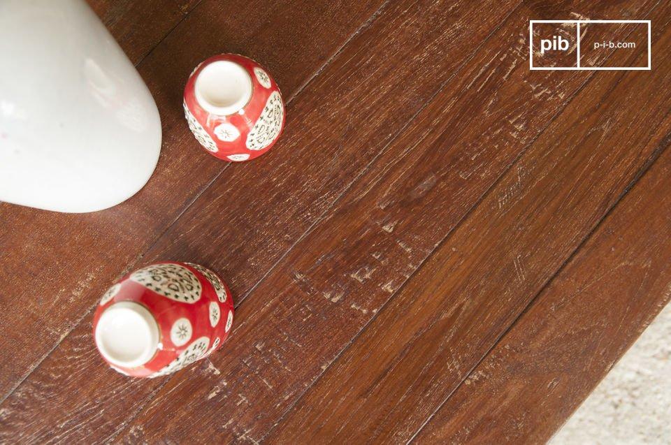 Il ripiano del tavolo è interamente fatto con vecchio teak verniciato
