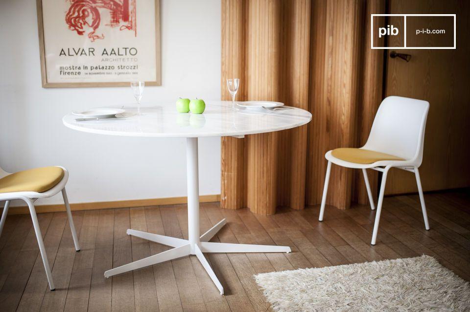La chiarezza del marmo si rivela con questa delicata tavola rotonda