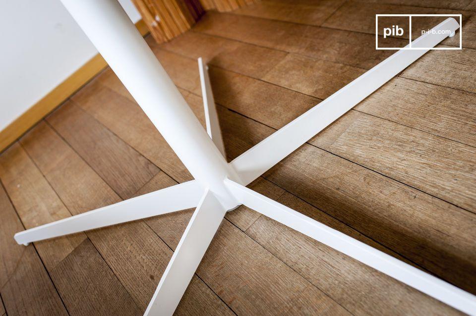 Il marmo di Carare che ne costituisce il piano è sottile e rinforzato per una solidità ottimale