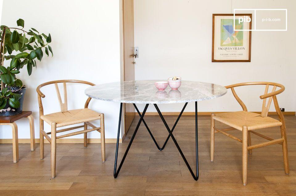 Un tavolo rotondo in marmo, affascinante e funzionale