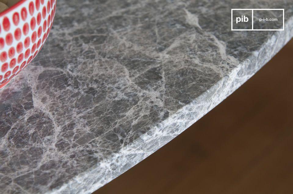 Robusta grazie al piano in marmo e alla base monoblocco in metallo