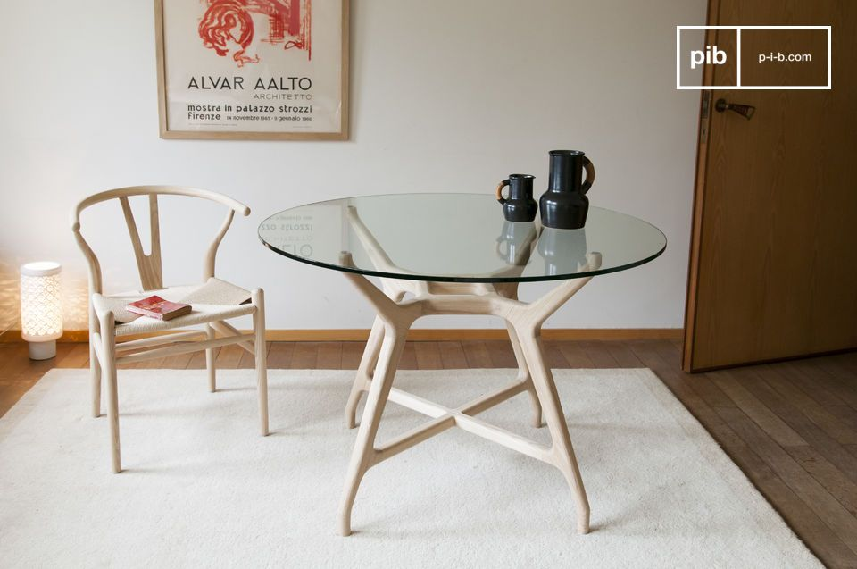 Un tavolo rotondo in nicchie e trasparenze, che unisce legno massiccio e vetro temperato