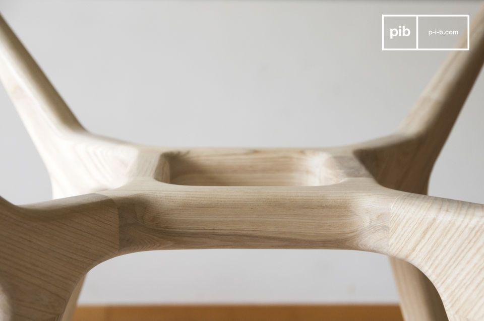 La base in legno massello di frassino chiaro è un ottimo esempio di ebanisteria di qualità
