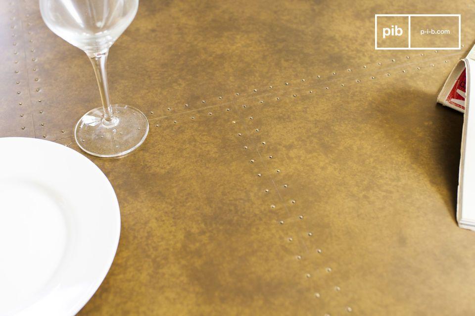 Il piano del tavolo Liverpool è realizzato in legno di quercia ed è coperto da una spesso strato