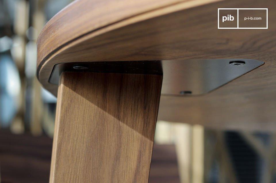 Conviviale come tutti i tavoli moderni, questo tavolo Nöten porta tutto il fascino del legno scuro
