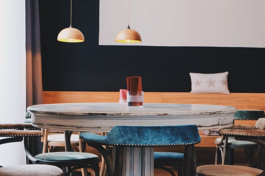 tavolo tondo con lampade
