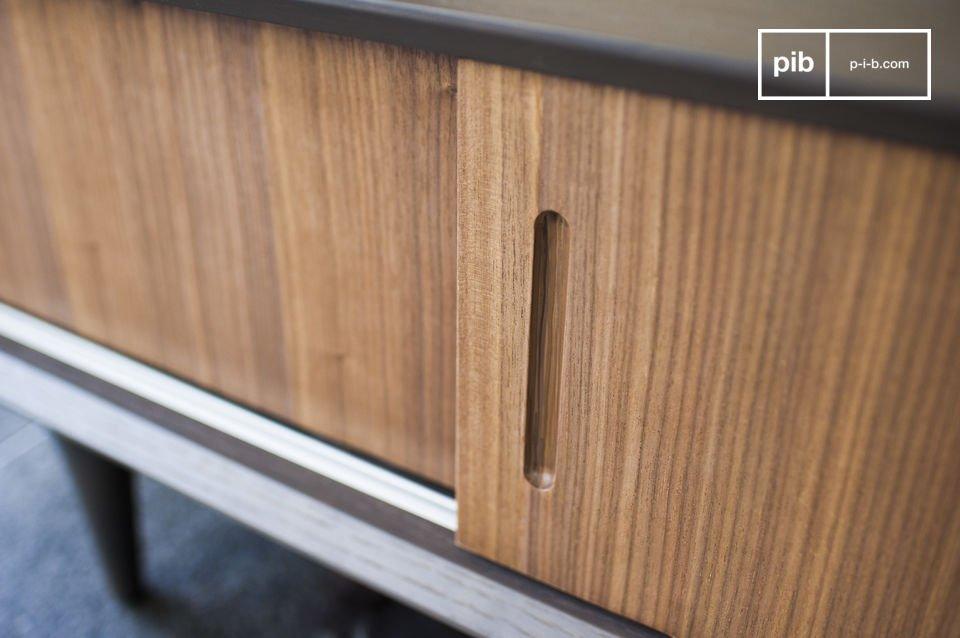 Contrasto tra legno e design anni 80