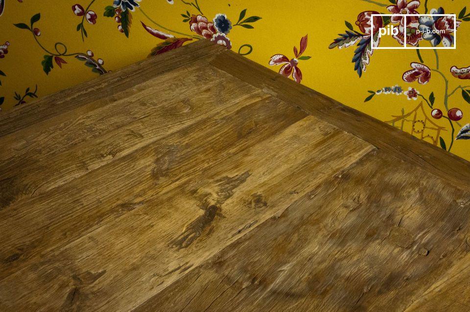 Forme cubiche e legno recuperato di olmo