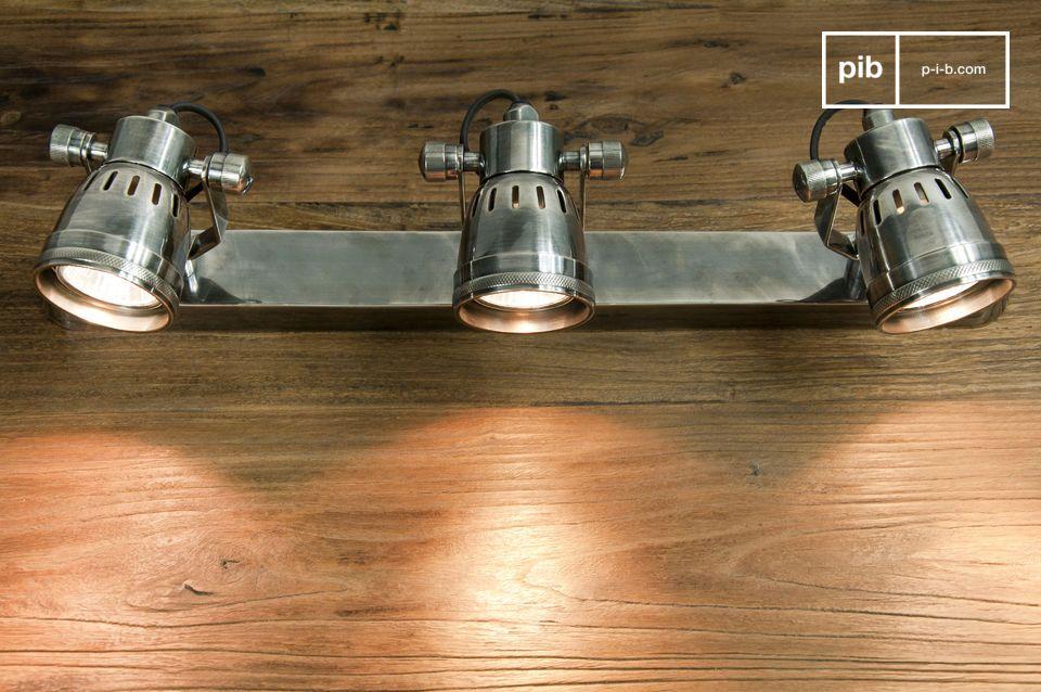 Interamente in ottone argentato, questa tripla lampada da muro ha uno stile vintage tutto suo