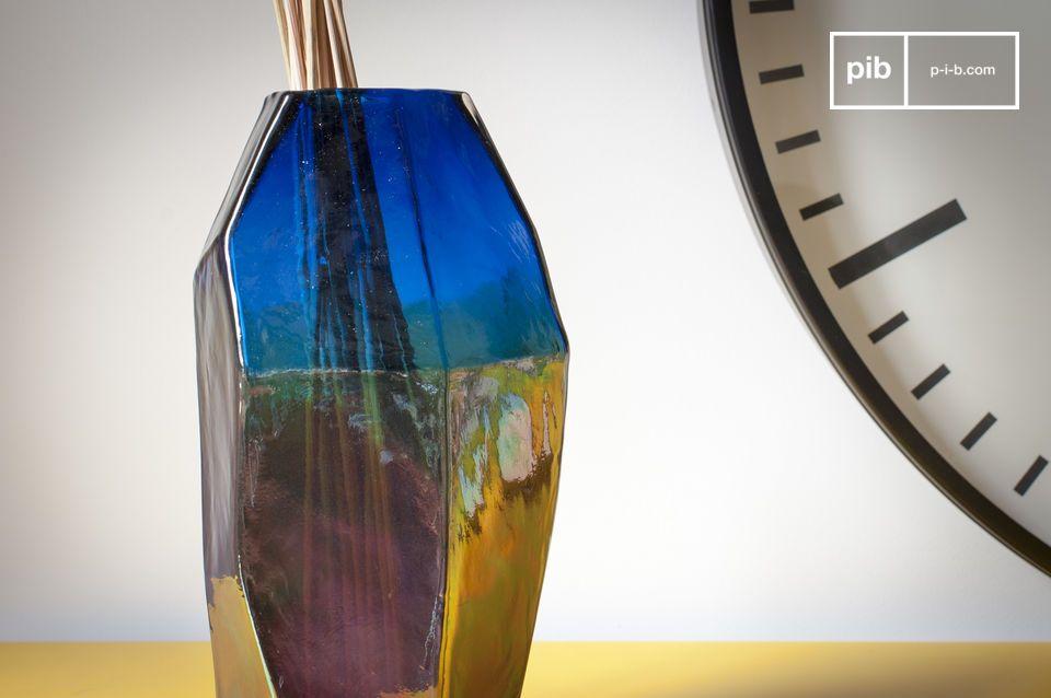 Il vaso di vetro Ingeborg mostra linee diritte ed eleganti