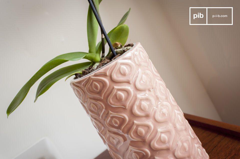 Un vaso in ceramica rosa lavorato in uno stile vintage pieno di delicatezza