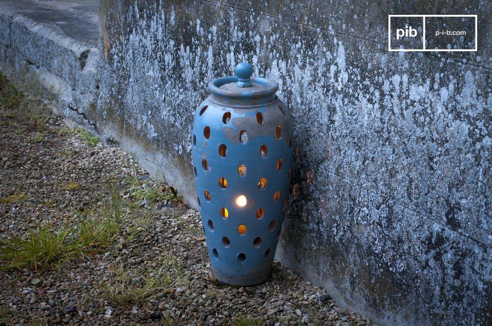 All\'interno è presente una campana in vetro per posizionare una candela