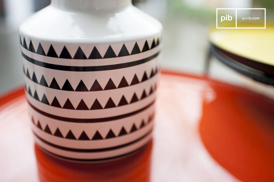 Un piccolo vaso di ceramica con stile da vendere