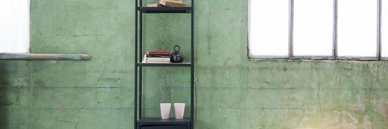 Vecchia collezione di libreria design industriale