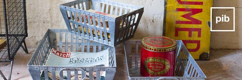 Vecchia collezione di scatole e ceste industrial