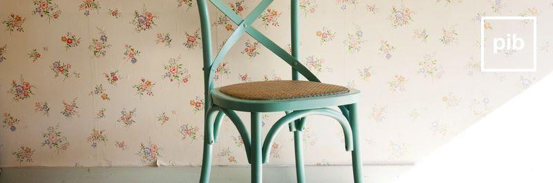 Vecchia collezione di sedie in legno shabby