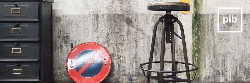 Vecchia collezione di sgabello da bar design industriale