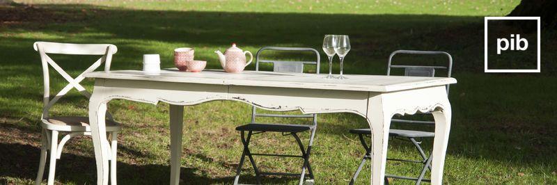 Vecchia collezione di tavoli da pranzo shabby in legno